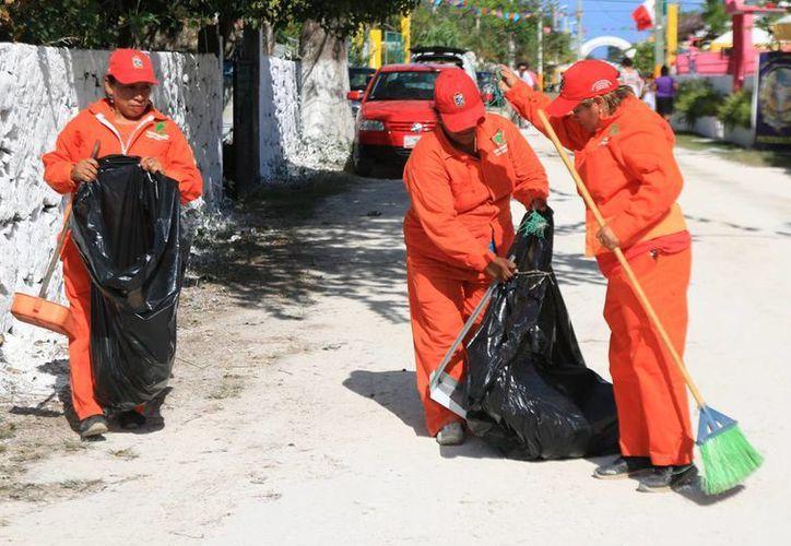 La Dirección de Obras Públicas desplegó cuadrillas de personas que recorren las principales calles de El Cedral para mantenerlas limpias durante la feria.  (Redacción/SIPSE)
