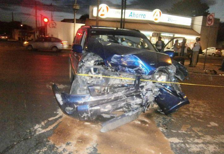 Una camioneta se pasó el alto en la avenida Itzaes y provocó un aparatoso accidente. Terminó con el frente destrozado. (Milenio Novedades)