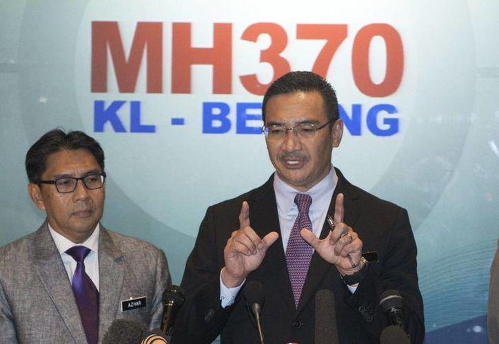 El ministro malasio de Transporte, Hishamuddin Hussin (d), y el director general del Departamento de Aviación Civil, Azharuddin Abdul Rahman (i) ofrecen una rueda de prensa en Kuala Lumpur, Malasia. (EFE)