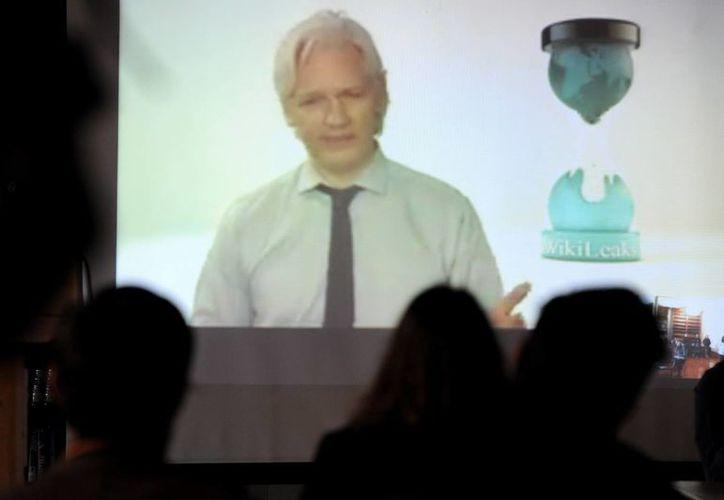 Julian Assange, candidato del partido Wikileaks, habla desde Londres a través de una videoconferencia. (EFE)