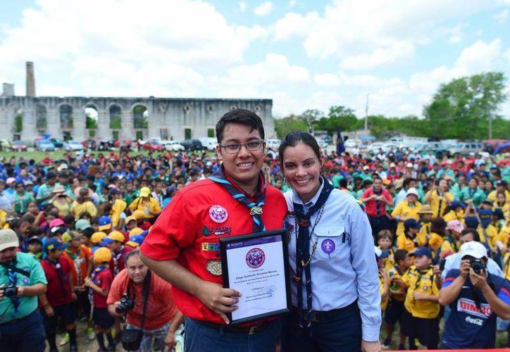 """En la imagen Diego Humberto González con el reconocimiento """"Scout of the World"""". (Milenio Novedades)"""