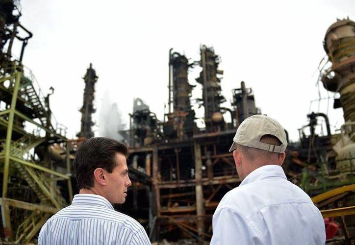 El mandatario visitó las instalaciones afectadas por la explosión y después sostuvo una reunión con los familiares de los heridos. (Presidencia)
