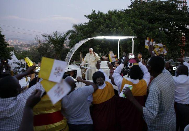 El Papa Francisco a su llegada a la catedral de Kampala, en Uganda. El Santo Padre está por culminar su gira por África. (AP)