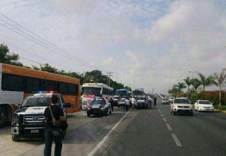Los transportistas se reunieron en el kilómetro 238 de la carretera 307 Chetumal-Cancún. (Redacción/SIPSE)