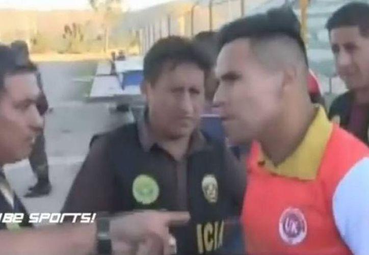 El jugador peruano utilizaba un nombre que no le correspondía y salió en patrullero del campo de juego. (Foto: Captura de video)