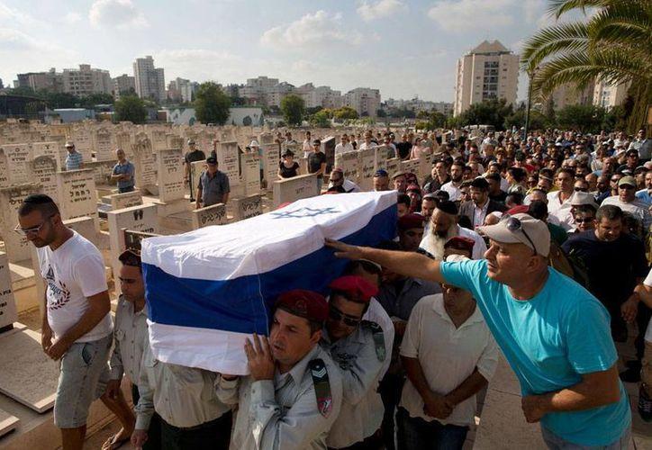 Imágenes del funeral de un soldado israelí, víctimas de los enfrentamientos en la Franja de Gaza, donde han muerto 43 soldados del Ejército hebreo. (AP)