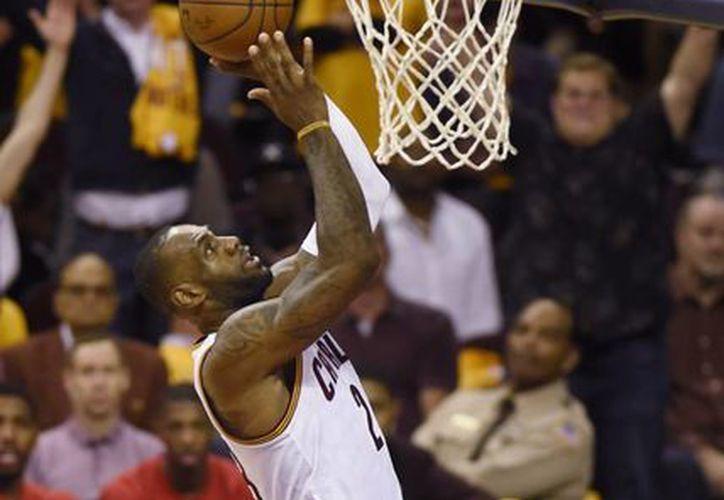 LeBron James no solo ganó este jueves ante Raptors sino que el jugador de Cavaliers rebasó a Shaquille O'Neal en la lista de máximos anotadores en playoffs de NBA. Jordan sigue siendo el mejor. (AP)