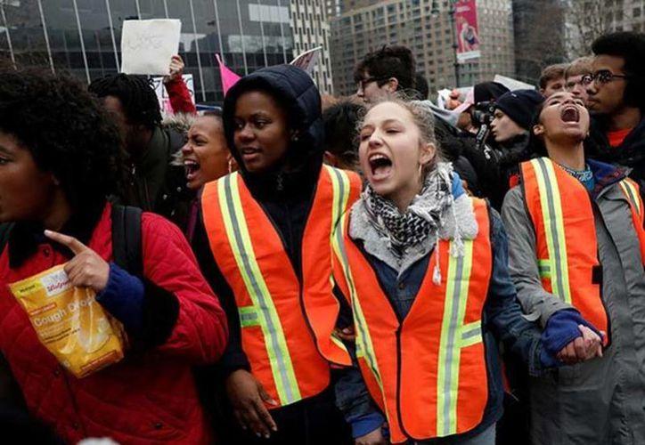 Los arrestos masivos han ocasionado protestas en la mayor parte de Estados Unidos. Imagen de un grupo de manifestantes en 'Un día sin inmigrantes'. (Excelsior)