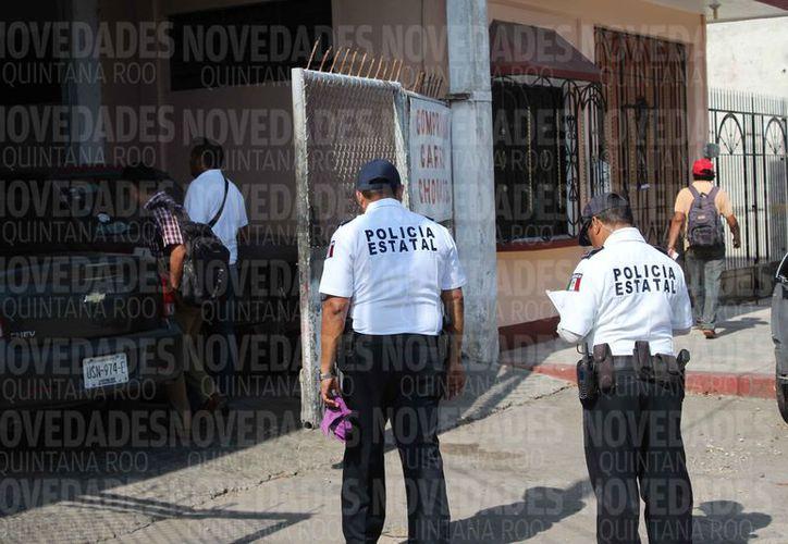 Algunos de los policías esperan a que sean sometidos a los exámenes. (Benjamín Pat/SIPSE)