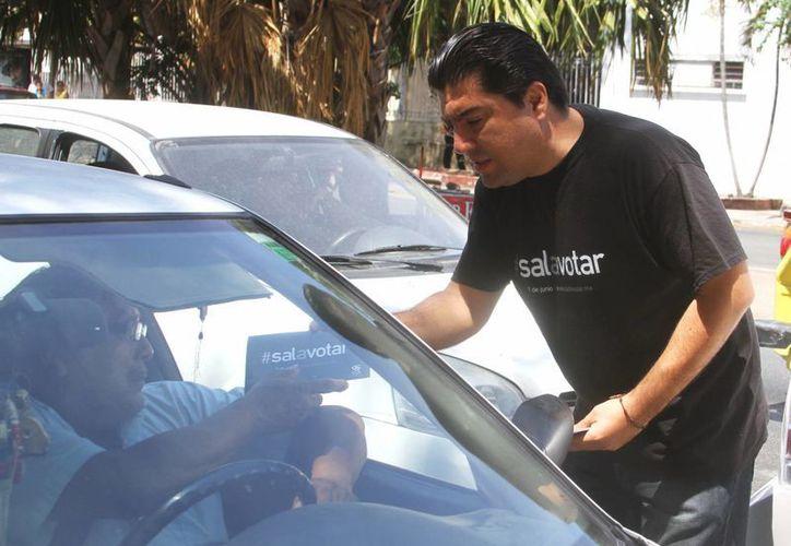 Empresarios promocionan en calles el programa #salavotar. Ayer estuvieron en el crucero del Centenario y el Hospital O'Horán.(Milenio Novedades)