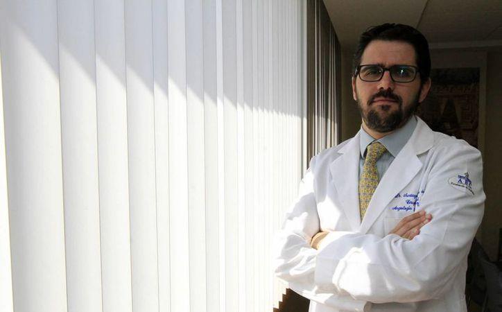 Se estima que en México ejercen la medicina unas 343 mil 700 personas, según datos del Inegi. En la imagen, el angiólogo del Centro Médico ABC, Santiago Herrera De Juana. (Archivo/Notimex)