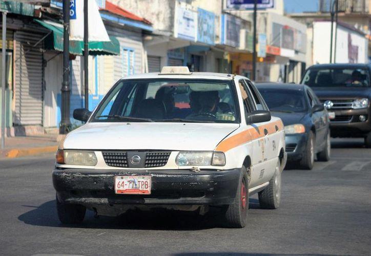 Algunos taxistas se han acercado al Seguro Social para conocer formas sobre como afiliarse. (SIPSE)
