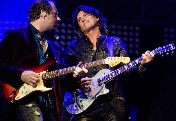 Alejandro Marcovich (i) y Saúl Hernández durante uno de los conciertos que ofreció Caifanes en la segunda etapa de la banda, antes de que en marzo del 2014 se anunciará la salida de Marcovich por supuestos problemas con Hernández. (Archivo Excelsior)