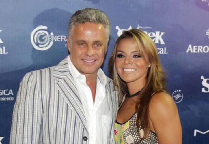 Alexis Ayala con su esposa Fernanda. Ambos trabajan junto con su hija en una telenovela, aunque hasta ahora no hay una escena en la que salgan juntos. (Foto de archivo de Notimex)