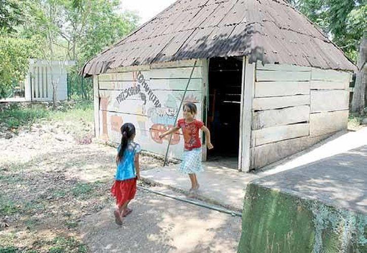 En el ejido Héroes de Nacozari sólo existe un aula para nivel preescolar y otra para primaria. El poblado tiene unos 200 habitantes. (Juan Cano/SIPSE)