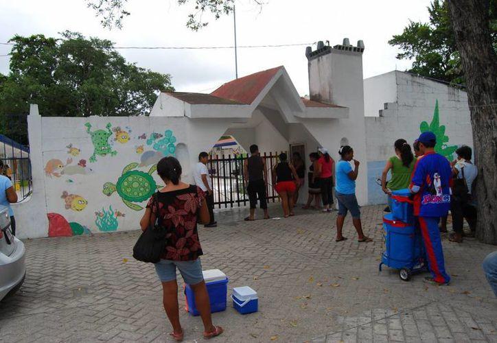 Desde que se dio el brote en dos escuelas se ha puesto en marcha la capacitación del personal para observar los síntomas. (Tomás Álvarez/SIPSE)