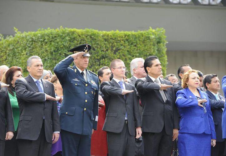 En la explanada del Congreso de la Unión se realizó la ceremonia conmemorativa por los 100 Años del Ejército, a la que asistió el secretario de la Defensa, Salvador Cienfuegos Zepeda. (Notimex)