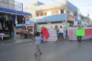 Maestros realizan marcha en Playa del Carmen