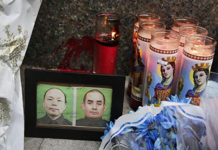 Wenjian Liu y Rafael Ramos se encontraban en el interior de una patrulla cuando recibieron disparos en la cabeza; el atacante posteriormente se suicidó. (AP)