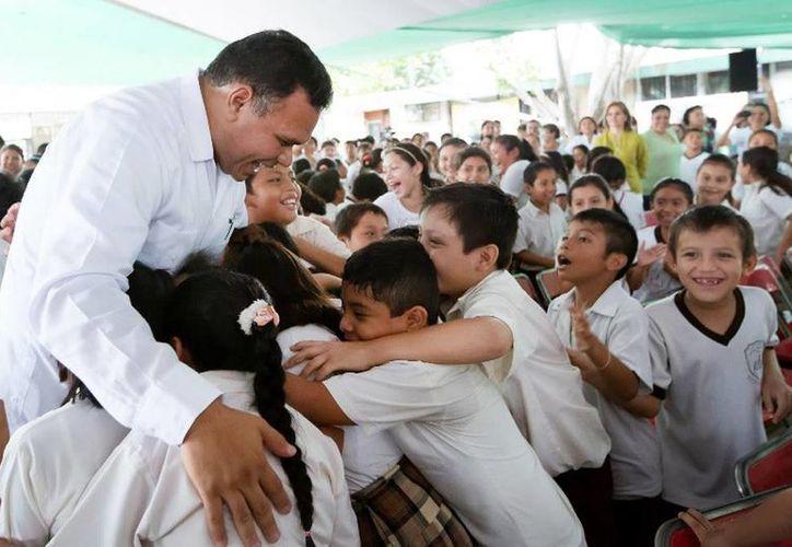 """El gobernador presidió la entrega de 6,500 anteojos a estudiantes de primaria como parte del programa """"Ver bien para aprender mejor"""". (Cortesía)"""