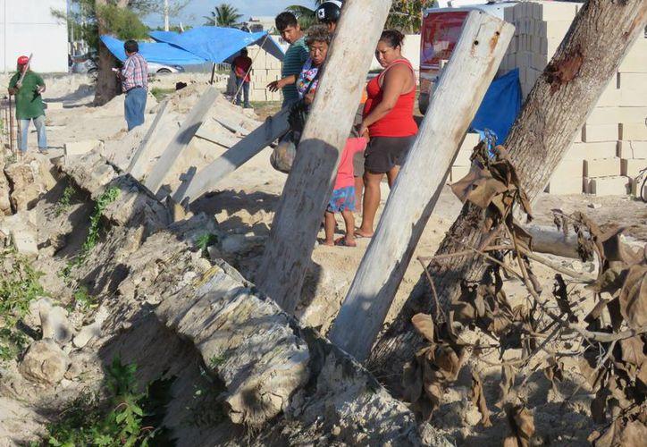 A tres albañiles les cayó encima un muro mientras construían en Progreso. Dos fallecieron y uno más está grave. (Gerardo Keb/Milenio Novedades)