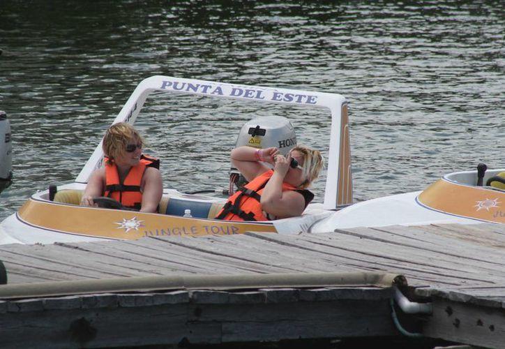 Los paseos vespertinos que se realizan en embarcaciones más pequeñas en la laguna han tenido buena ocupación. (Redacción/SIPSE)