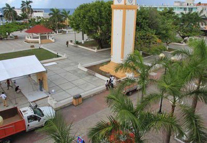 Empresarios locales apoyan la remodelación del parque Benito Juárez.  Ayer se colocó la primera piedra. (Irving Canul/SIPSE)