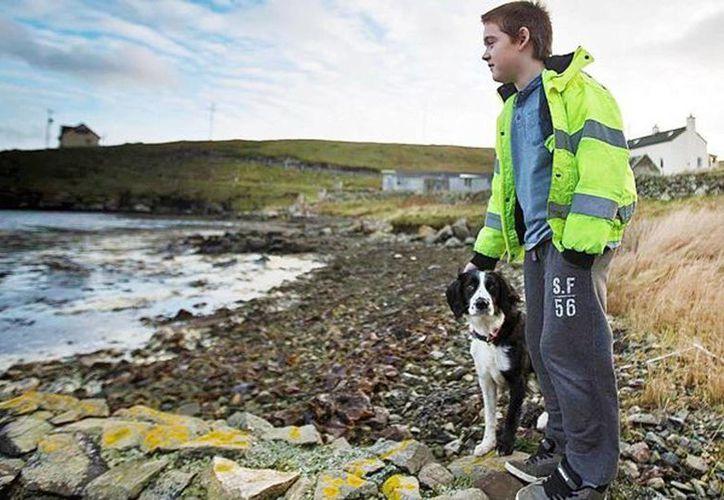Aron Anderson, de 10 años, es el único menor de edad entre las 40 personas que habitan la remota isla escocesa Out Skerries. (thetimes.co.ok)