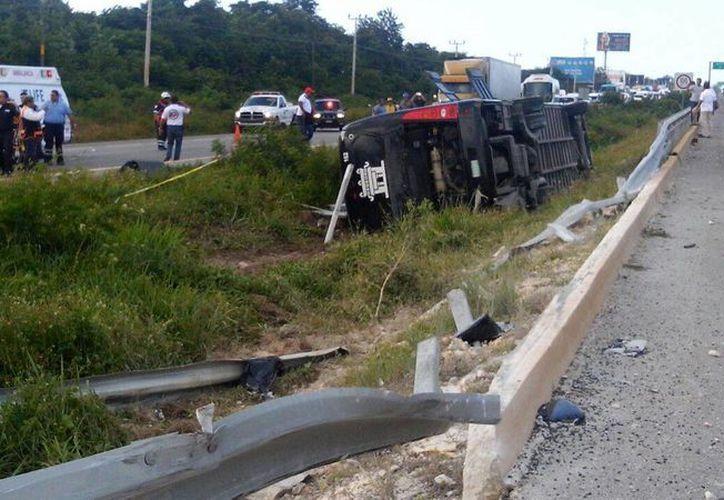 El camión se volcó tras salirse de la cinta asfáltica. (Eric Galindo/SIPSE)