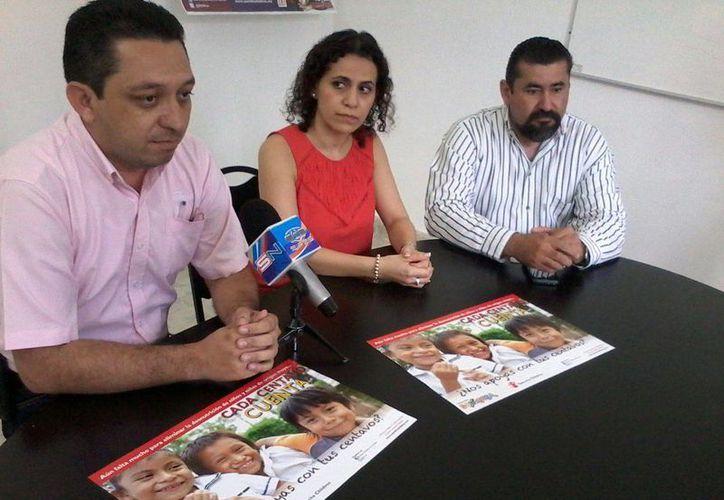 Imagen de la rueda de prensa de directivos de Dunosusa, acompañados de la directora de Save the Children Yucatán, Adriana Aguilar Huerta. Inicia la campaña de redondeo de Dunosusa a favor de la Asociación. (Coral Díaz/SIPSE)