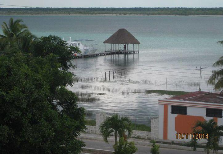 Los colores de la Laguna de Bacalar están en peligro de perderse por la contaminación. (Javier Ortiz/SIPSE)