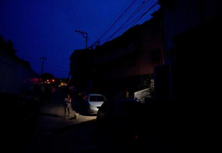 Imagen del 23 de abril de 2016 de una calle a oscuras del barrio El Calvario, en las afueras de Caracas. La falta de electricidad es una de las causas de la inseguridad en Venezuela. (Archivo/AP)