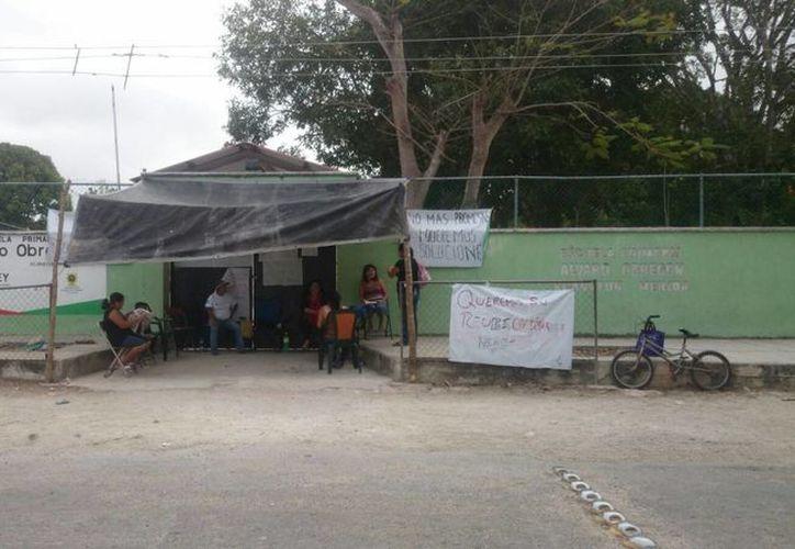 Por tercer día los padres de familia cerraron la escuela Álvaro Obregón de la comisaría de Xcanatún. (Arturo Valadéz/SIPSE)