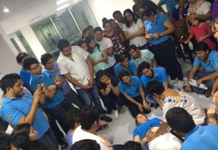 Estudiantes de la Uqroo participaron en un taller para conocer la medicina tradicional maya. (Joel Zamora/SIPSE)