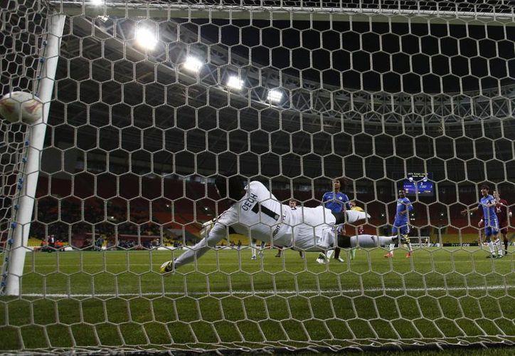 El portero Cech se lanza en vano para tratar de atajar el disparo de Karadeniz, del Rubin Kazan. (Agencias)