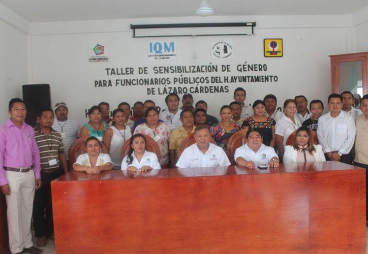 El alcalde encabezó el taller de sensibilización de género. (Gloria Poot/SIPSE)