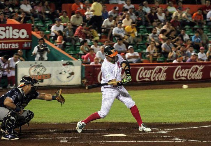 Leones de Yucatán derrotó 3-2 a Tigres de Quitana Roo en juego cerrado, este martes en el estadio Kulkulcán Álamo. (Amílcar Rodríguez/SIPSE)