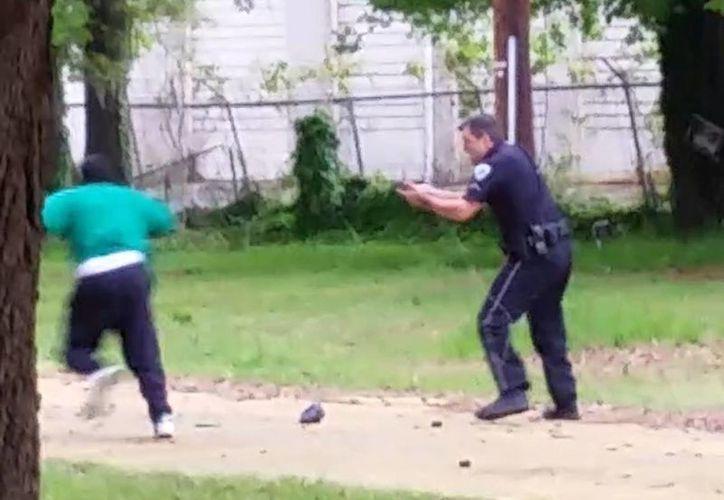 El video de un testigo muestra cómo el policía dispara a un hombre negro que trató de huir luego de ser detenido por un control de tráfico. (Agencias)