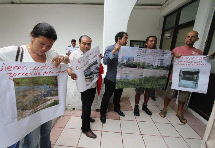 A través de las pancartas pidieron que las autoridades tomen medidas para que el problema sea solucionado. (Sergio Orozco/SIPSE)