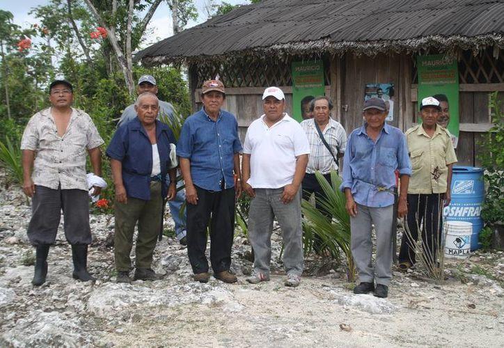 Los 122 ejidatarios del centro agrícola Lázaro Cárdenas ya cuentan con el documento que avala la propiedad de sus tierras. (Octavio Martínez/SIPSE)