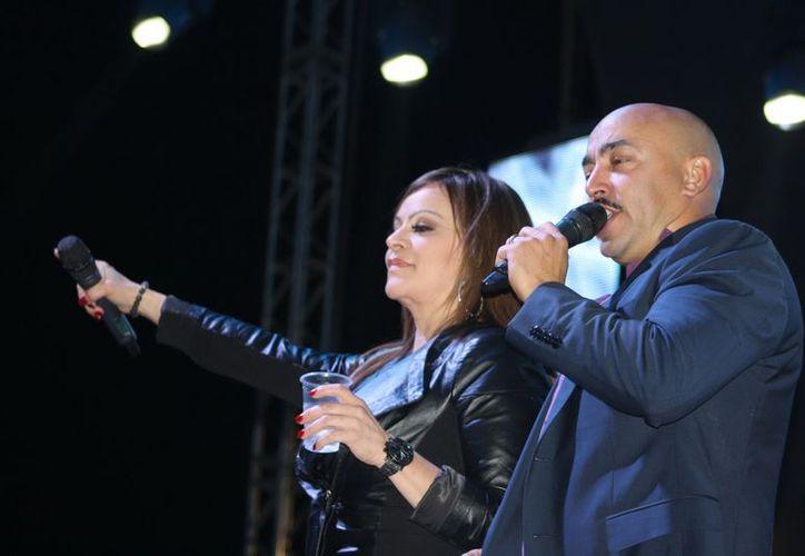 Jenni Rivera durante un concierto con su hermano Lupillo. (Notimex)