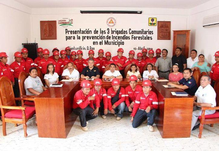 Presentaron  a los brigadistas en la sala de juntas del Ayuntamiento. (Raúl Balam/SIPSE)
