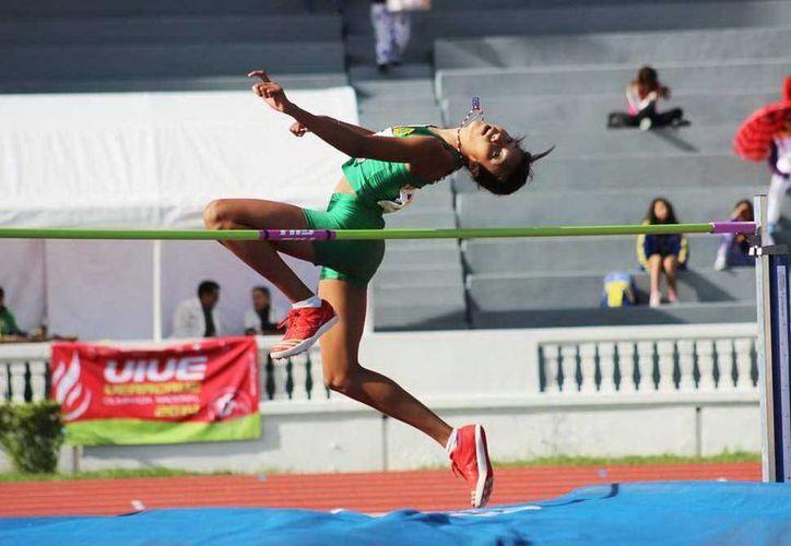 Carla Osorio, en su salto de altura en el que conquistó la medalla de bronce. (Milenio Novedades)