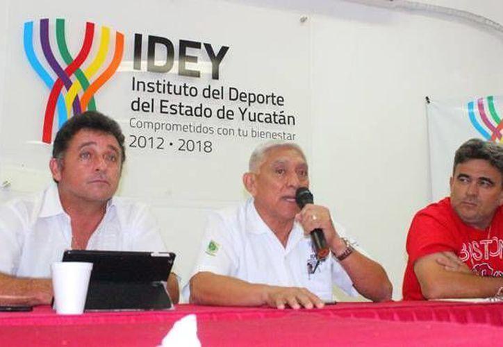Este miércoles se presentó en la IDEY la edición 2016 de la Liga de beisbol Naxón Zapata, la cual se jugara dos veces al año. (Milenio Novedades)
