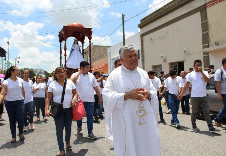 El padre Lorenzo Mex, durante una procesión. (Novedades Yucatán)