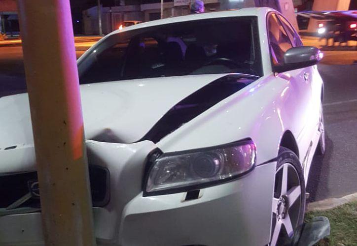 El vehículo quedó abandonado en el camellón, ubicado sobre la avenida Bonampak. (Redacción)