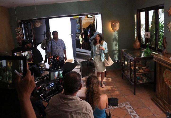 La actriz Silvia Manríquez dice disfrutar el rodaje en Playa del Carmen y ser dirigida por Carlos Marcovich. (Adrián Barreto/SIPSE)