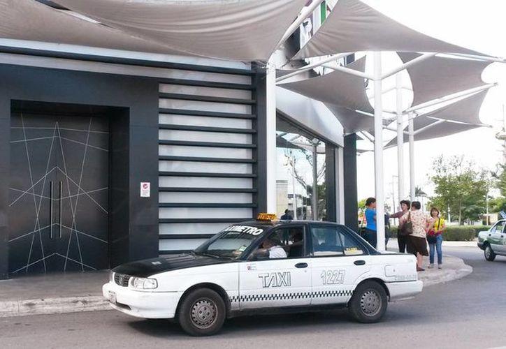 Al lugar llegan clientes y se retiran al darse cuenta del cierre del casino La Cima. (Milenio Novedades)
