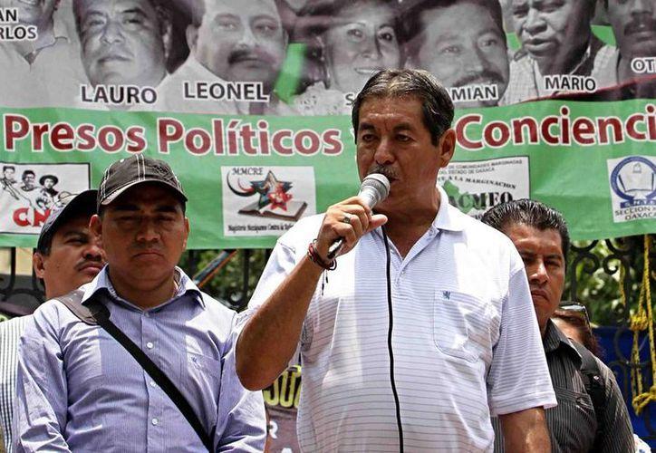 El líder magisterial de la sección 22 de la CNTE (der.), fue trasladado al penal federal de Hermosillo, Sonora, confirmó la Comisión Nacional de Seguridad. (Archivo/NTX)