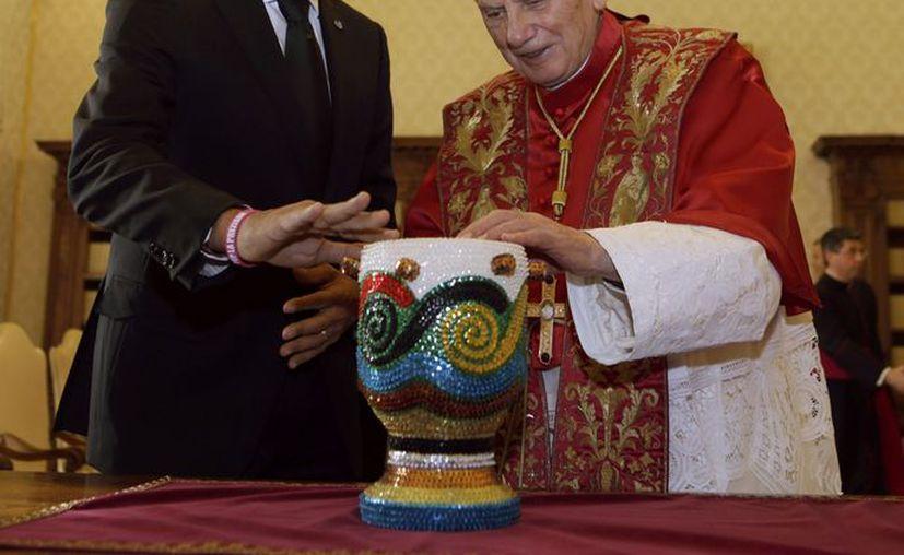 El presidente de Haití, Michel Martelly y el Papa Benedicto XVI tocan un tambor que regaló el primero al pontífice durante su audiencia privada en el Vaticano. (Agencias)